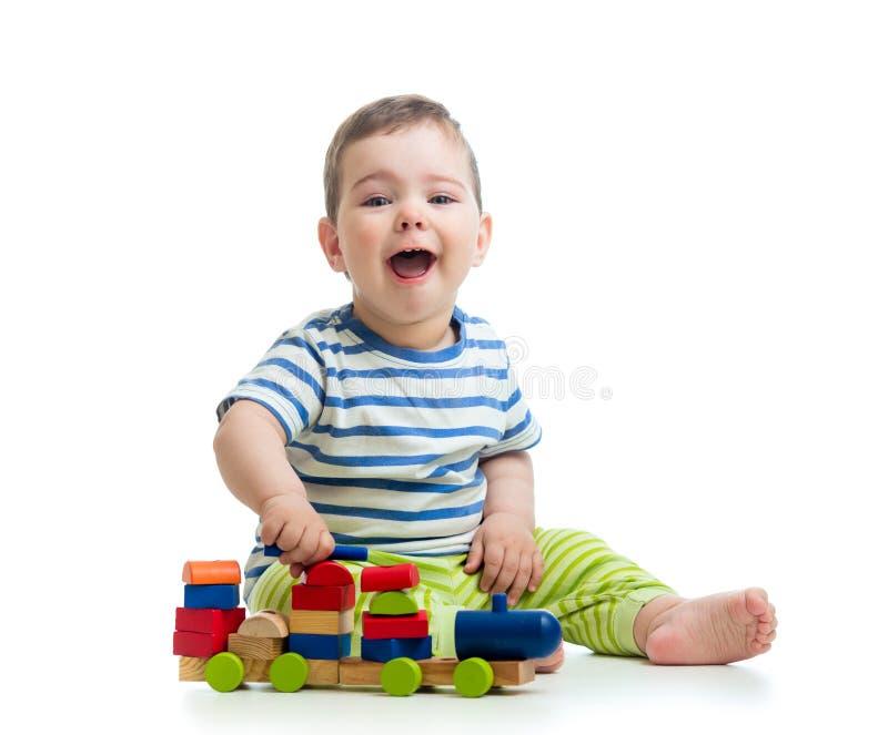 Маленький жизнерадостный младенец с игрушками блока стоковое фото rf