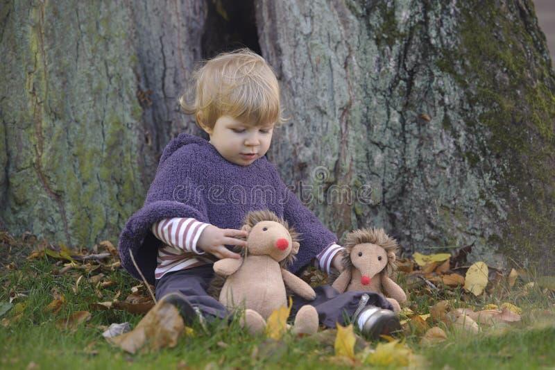 Маленький малыш в парке осени стоковые изображения
