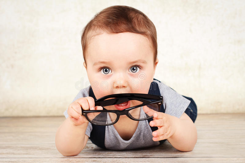 Маленький малыш держа стекла стоковое изображение rf