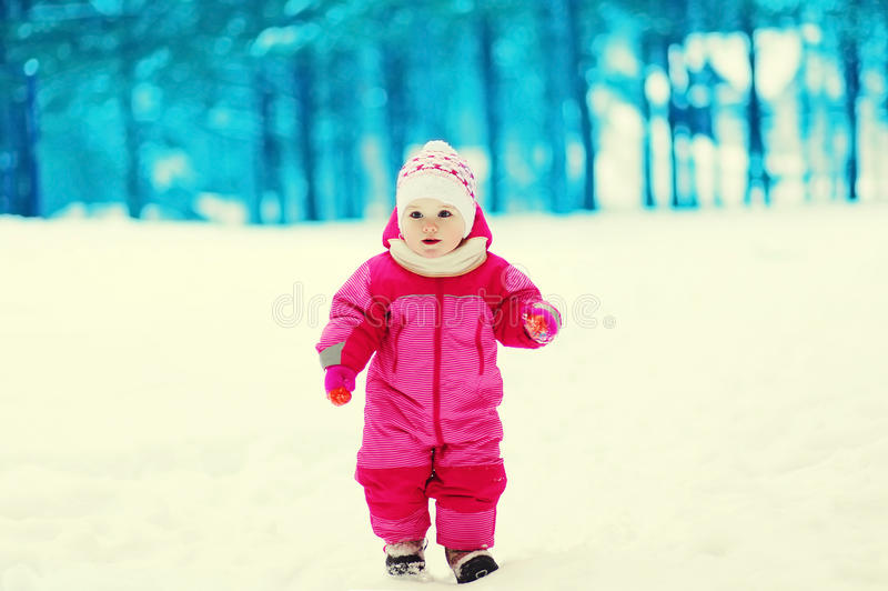 Маленький милый ребенок идя в зимний день стоковая фотография