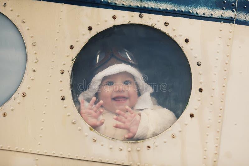 Маленький младенец мечтая быть пилотом стоковые фото