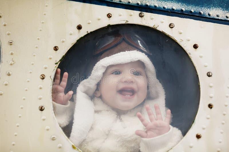 Маленький младенец мечтая быть пилотом стоковые изображения