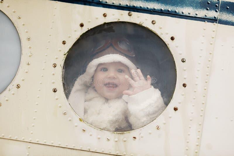 Маленький младенец мечтая быть пилотом стоковая фотография