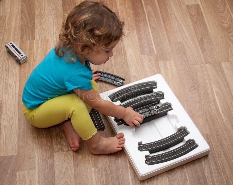 Маленький ребенок играя одно рельса установленное стоковое изображение
