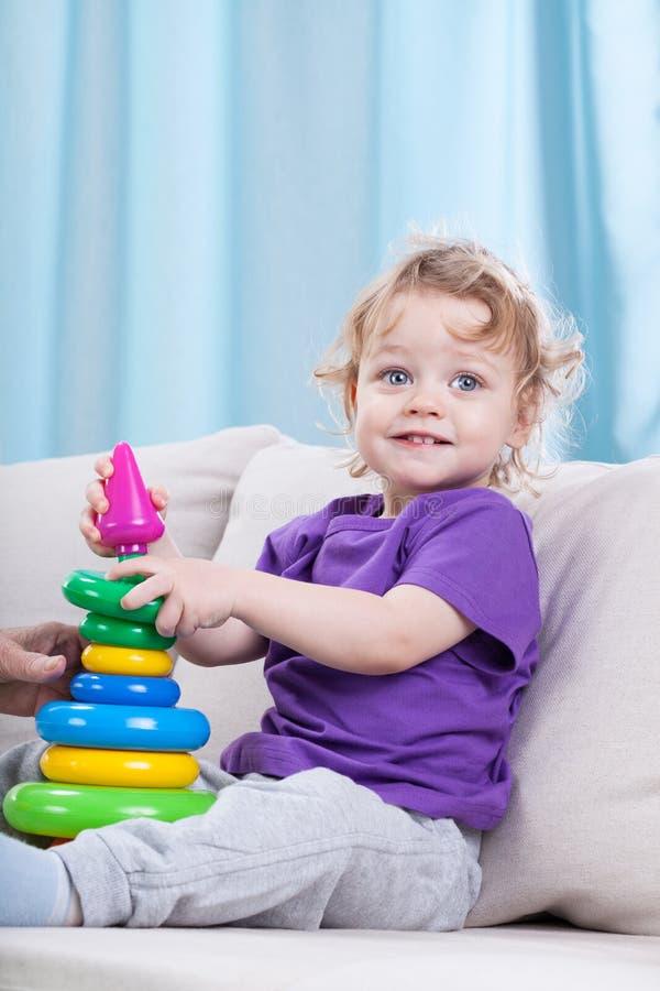 Маленький ребенок играя с игрушками стоковая фотография rf