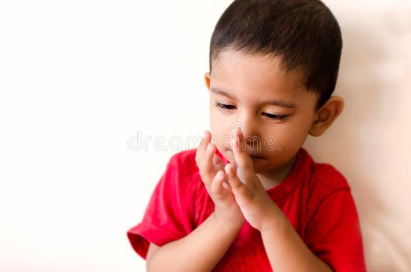маленький ребенок играя с пальцами стоковая фотография rf