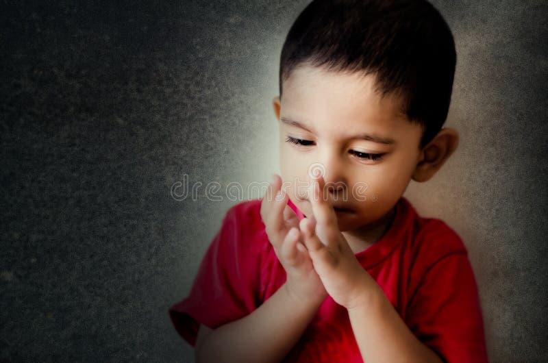 маленький ребенок играя с пальцами стоковые фото