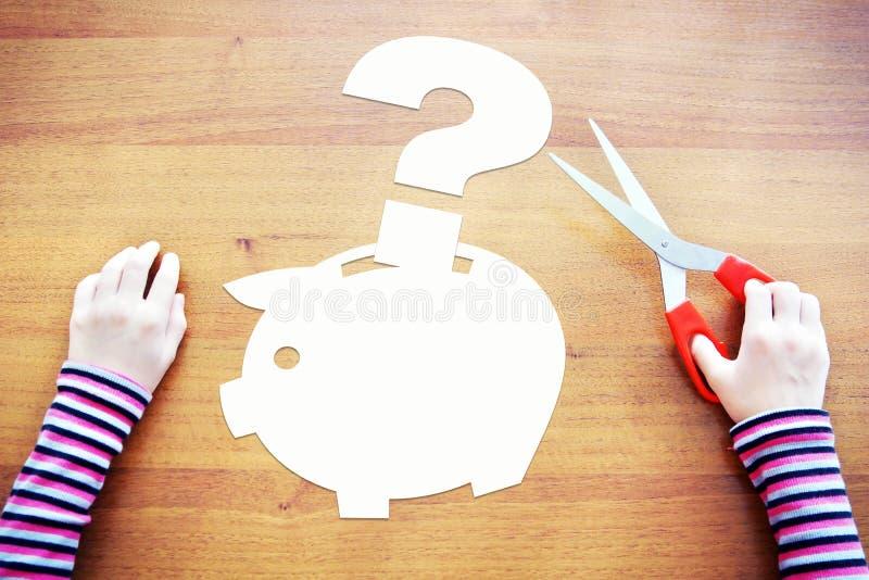 Маленький ребенок имеет проблемы с деньгами и сбережениями стоковое фото