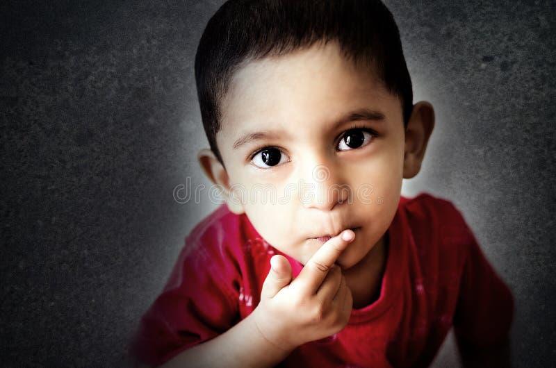 маленький ребенок кладя палец на рот с малыми волосами стоковые фотографии rf