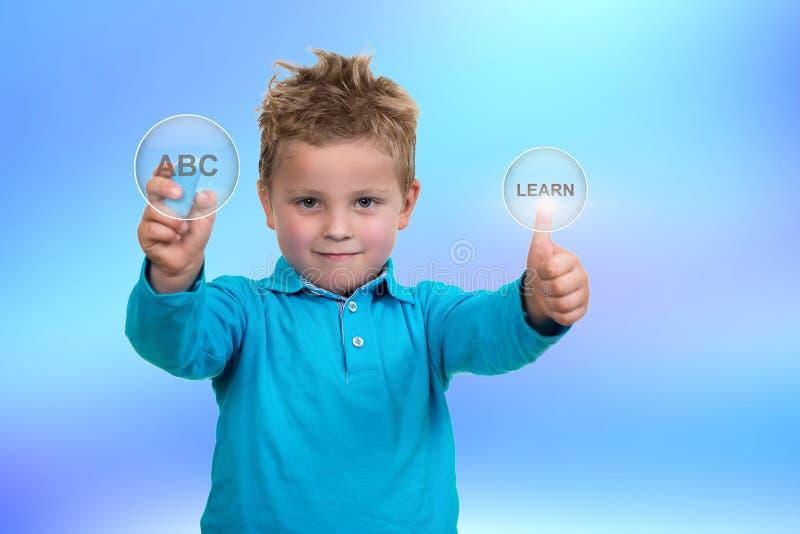 Маленький ребенок около для того чтобы нарисовать что-то с мелом стоковое изображение rf