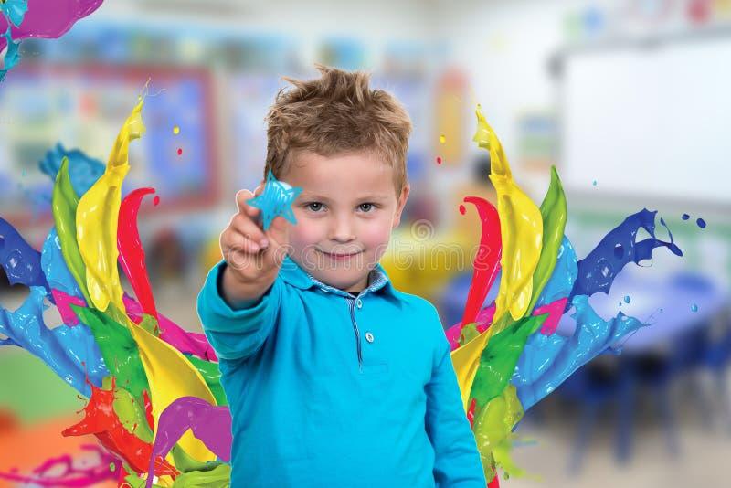 Маленький ребенок около для того чтобы нарисовать что-то с мелом стоковая фотография