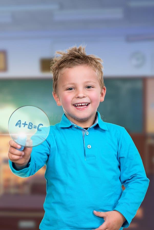 Маленький ребенок около для того чтобы нарисовать что-то с мелом стоковое фото rf
