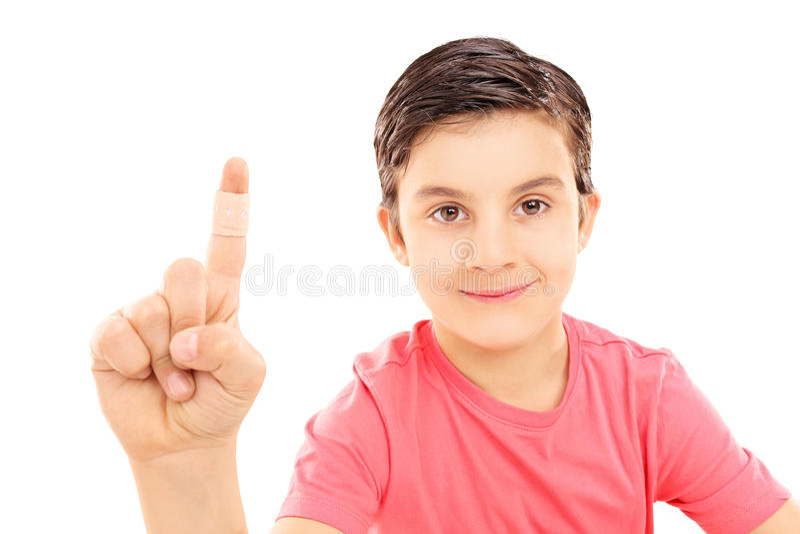 Маленький ребенок показывая его перевязанный палец стоковая фотография rf