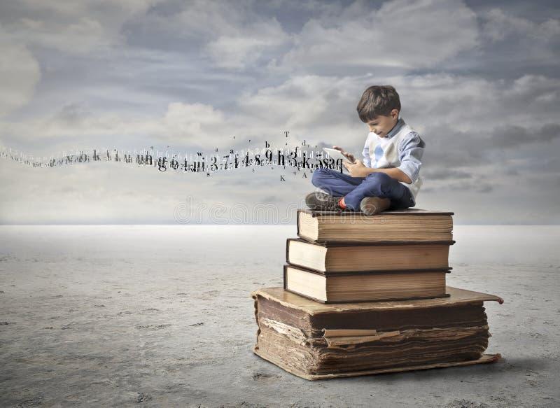 Маленький ребенок уча в новом пути стоковое фото rf
