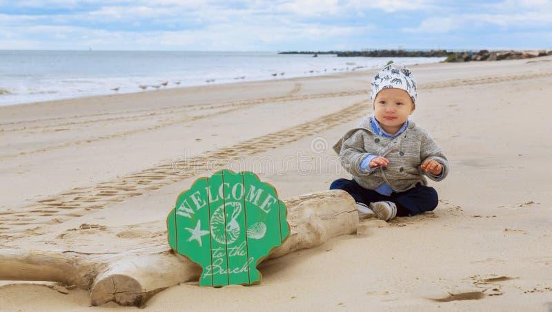 Маленький ребёнок на пляже, играя стоковая фотография