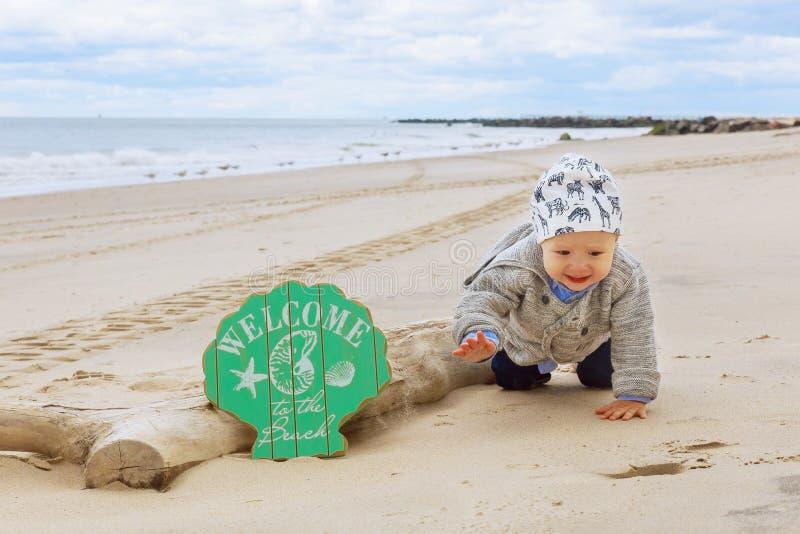 Маленький ребёнок на пляже, играя стоковое изображение