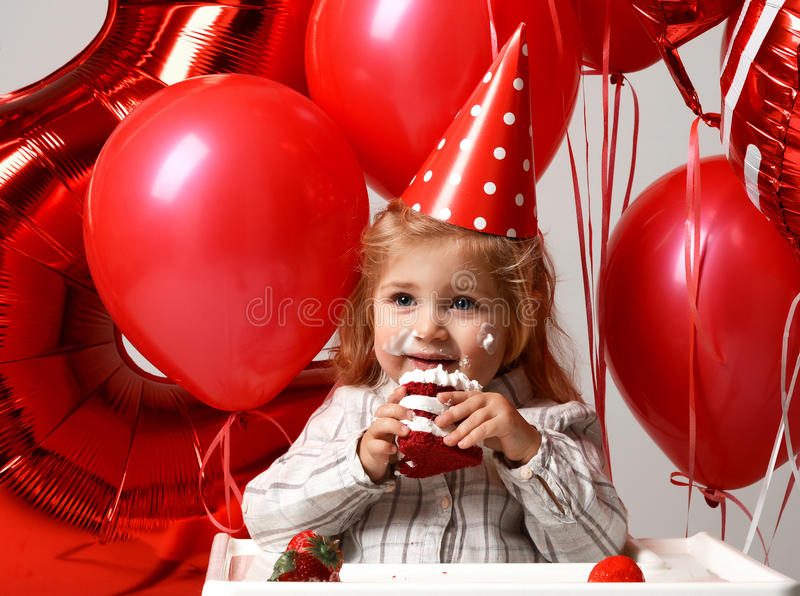 Маленький ребёнок празднует ее второй день рождения с сладостным тортом o стоковые изображения rf