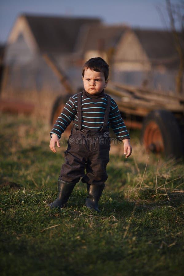 Маленький смешной серьезный мальчик outdoors стоковое изображение rf