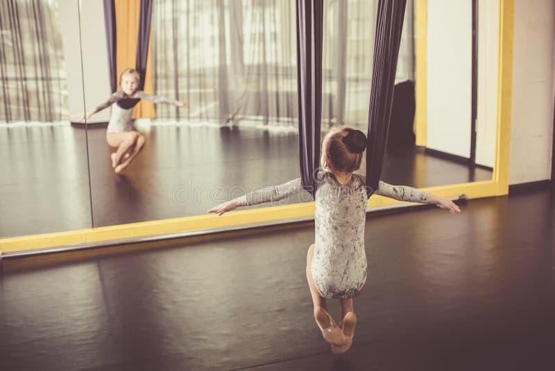 Маленький танцор в воздушном гамаке йоги стоковое изображение