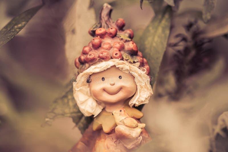 Маленький тролль, играя в моем саде стоковое изображение