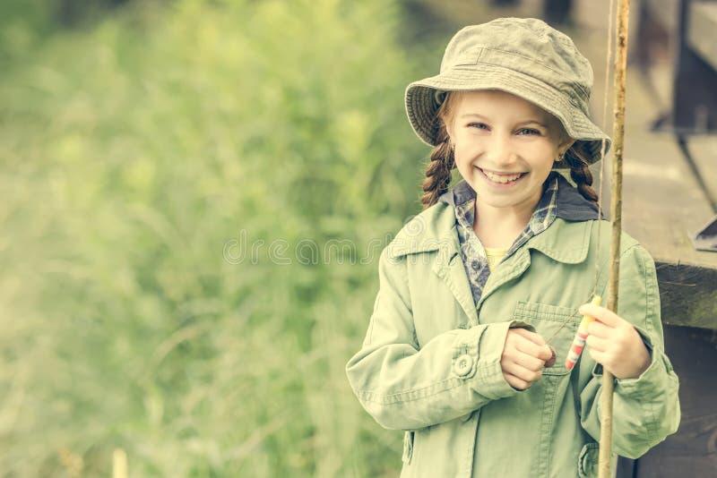 Маленький усмехаться девушки fisher стоковое фото
