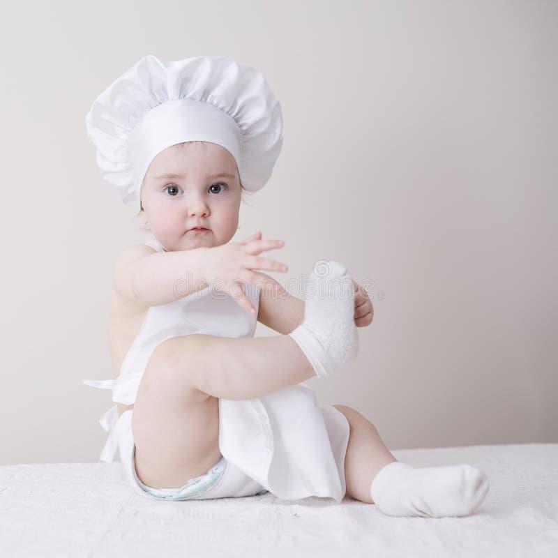 Маленький шеф-повар на белом портрете предпосылки стоковые фотографии rf