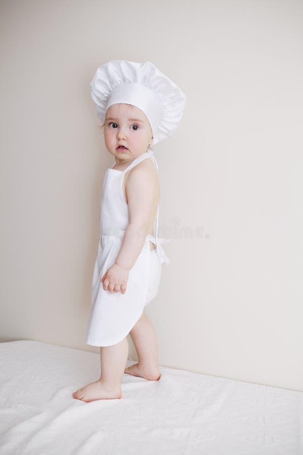Маленький шеф-повар на белом портрете предпосылки стоковое фото rf
