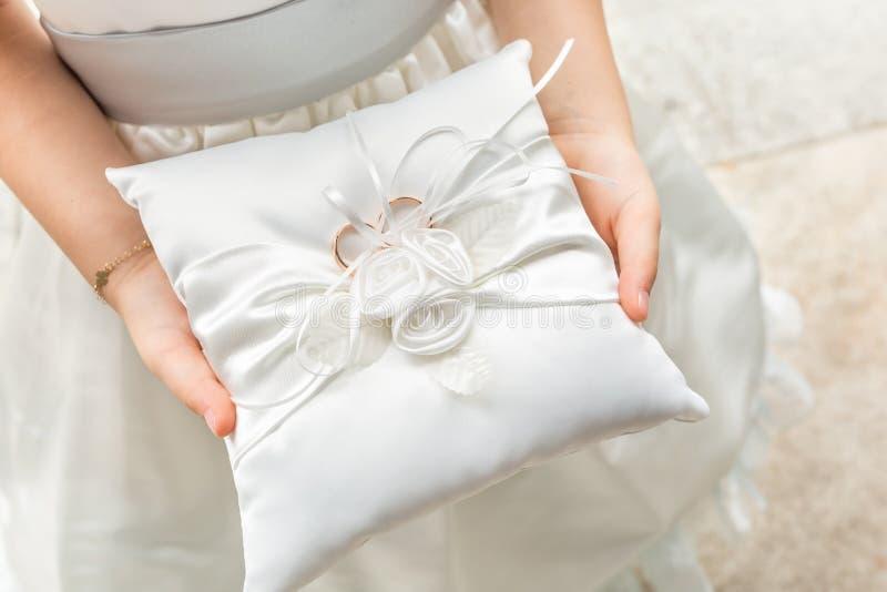 Маленький bridesmaid с обручальными кольцами стоковые изображения rf