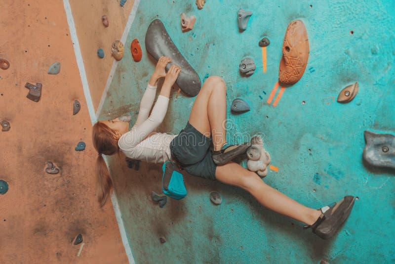 Маленький sporty взбираться девушки крытый стоковые изображения