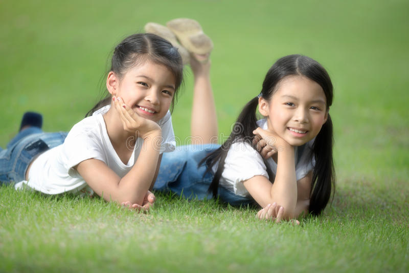 2 маленьких азиатских девушки стоковая фотография rf