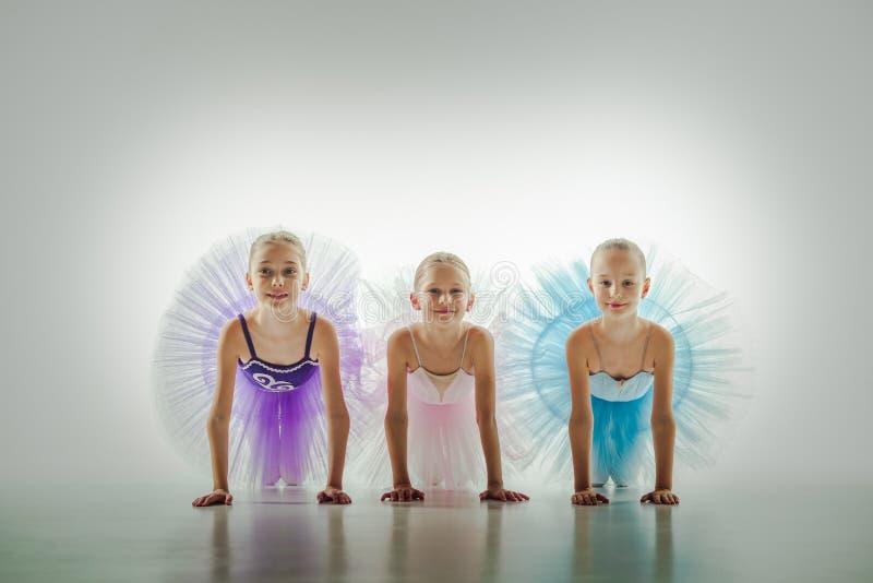 3 маленьких балерины в студии танца стоковая фотография rf