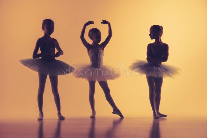 3 маленьких балерины в студии танца стоковая фотография