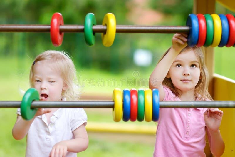 Download 2 маленьких сестры уча подсчитать Стоковое Изображение - изображение насчитывающей потеха, влюбленность: 41660691
