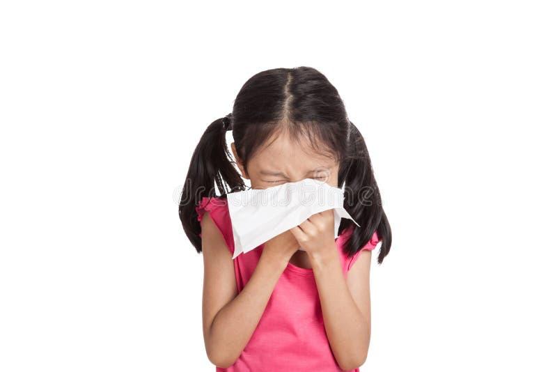 Маленькое азиатское чихание девушки с бумагой салфетки стоковая фотография rf