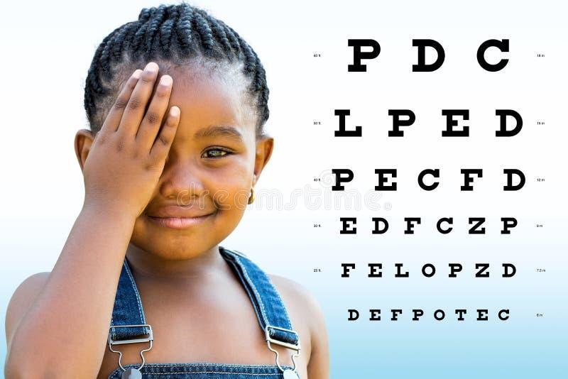 Маленькое африканское зрение испытания девушки стоковое изображение rf