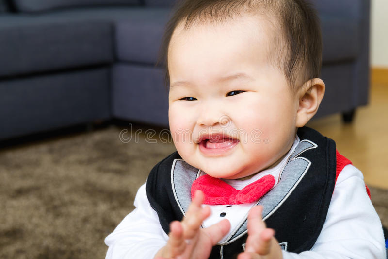 Маленькое чувство младенца счастливое стоковое изображение rf
