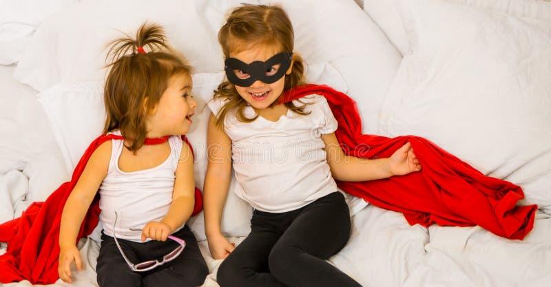 2 маленькой девочки играя супергероя стоковая фотография