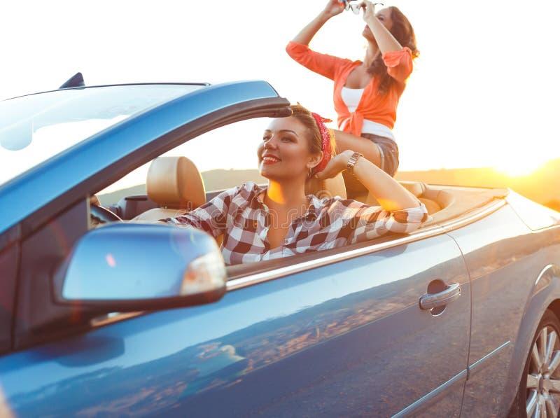 2 маленькой девочки управляя cabriolet стоковое фото rf