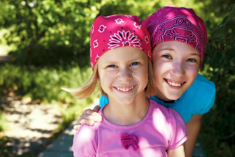 2 маленькой девочки outdoors в банданах на их головах стоковые изображения