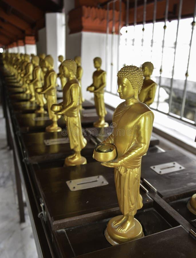 Малое владение положения Будды шар в ряд, висок Таиланда стоковые фотографии rf