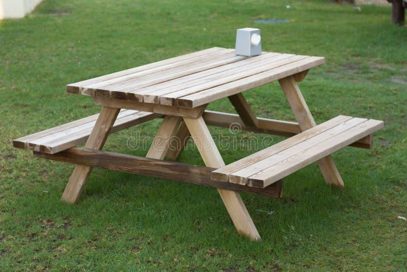 Малое деревянное picknickplace на зеленом фото поля стоковое фото