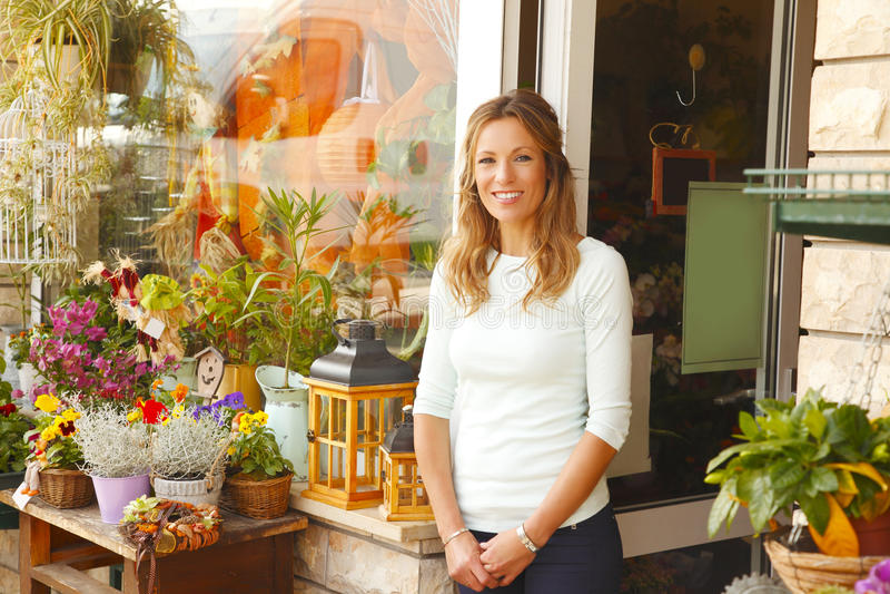 Малое предприниматель цветочного магазина стоковые фотографии rf