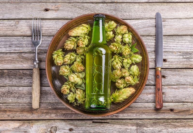 малое принципиальной схемы бутылки пива стеклянное огромное очень стоковое фото rf