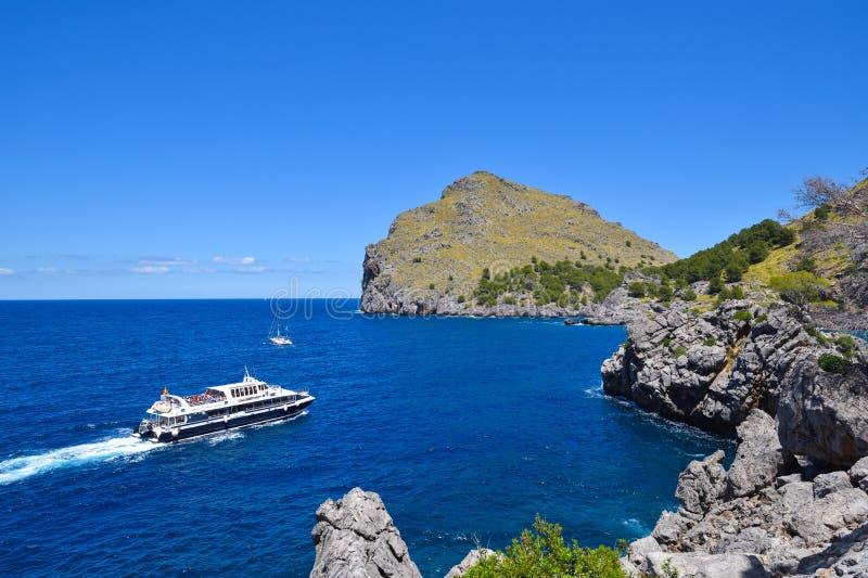 Малое туристическое судно около побережья стоковое фото rf