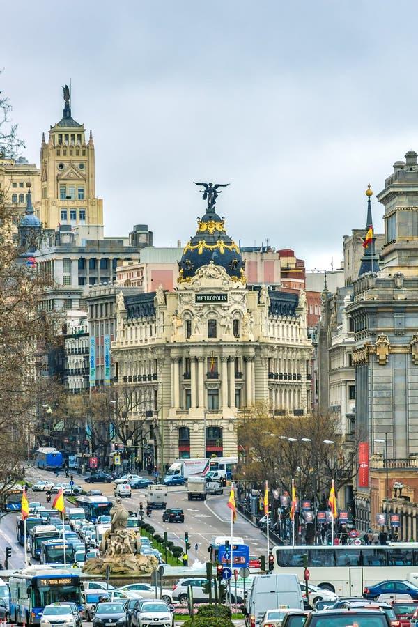 Мадрид, Испания - 13-ое февраля 2014: Автомобили проходя на Gran через, стоковое изображение