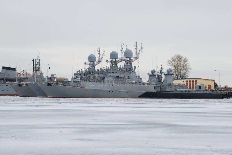 Малые корабли анти--подводной лодки прибалтийского военно-морского флота в автостоянке зимы на хмурый день в январе Kronstadt стоковое изображение rf