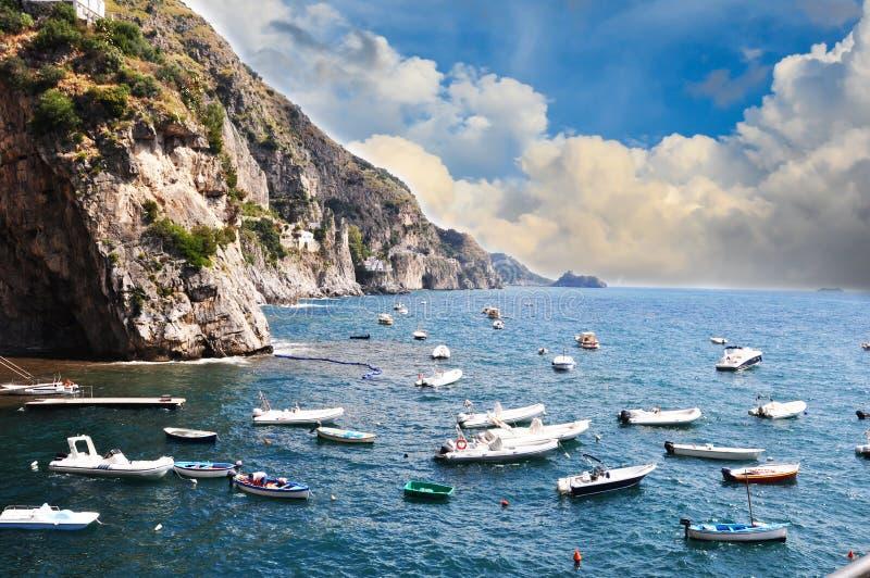 Малые сосуды плавая по побережью линия в Praiano, побережье Амальфи стоковое фото rf