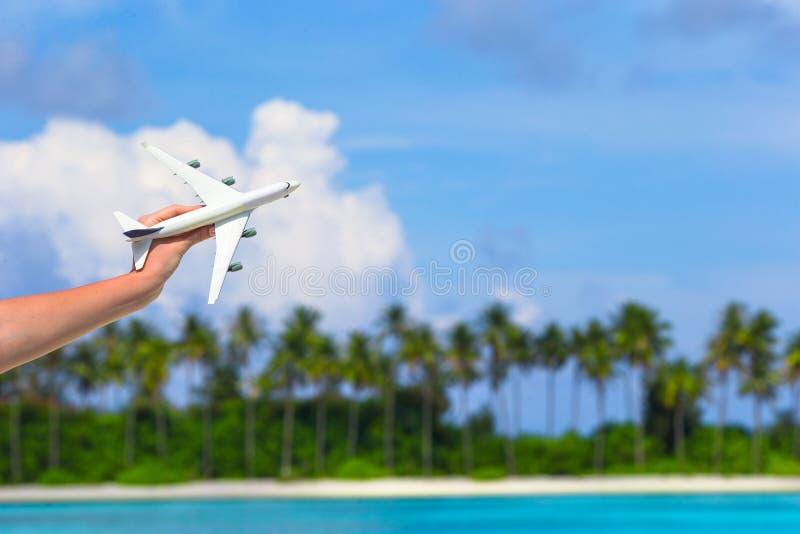 Малый белый самолет игрушки на тропическом пляже внутри стоковая фотография