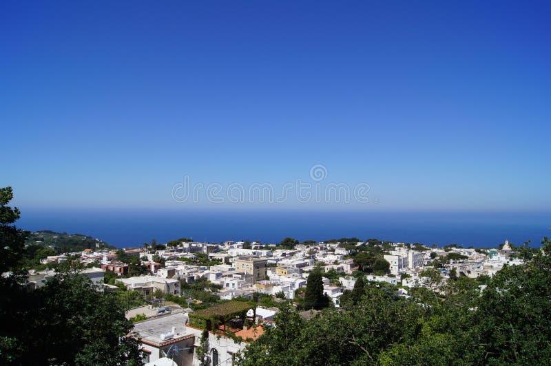 Малый городской близко ясный океан стоковое фото