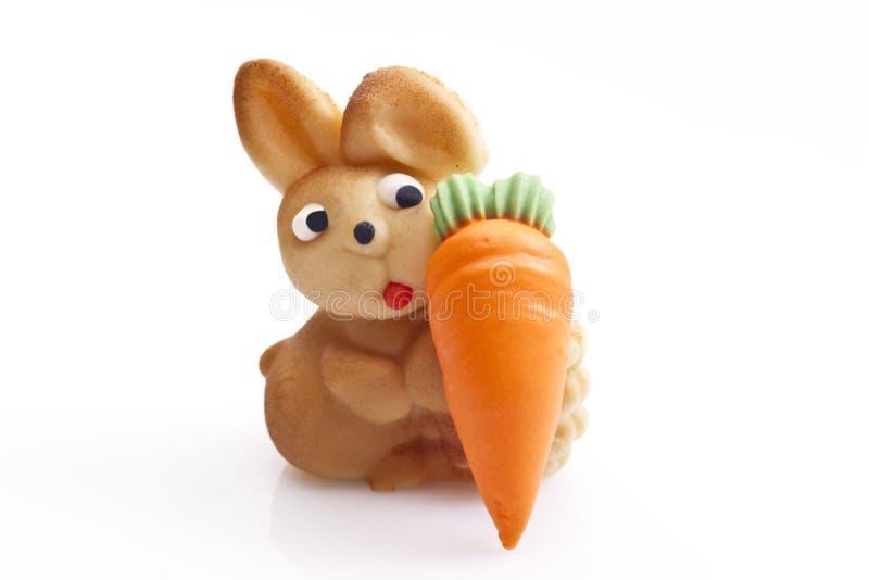Малый зайчик пасхи марципана с морковью стоковое изображение